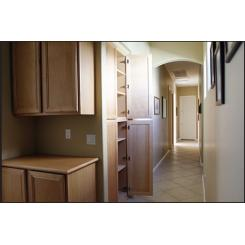 Вход в хранилище в виде шкафа встроенного в стену с электромагнитным замком