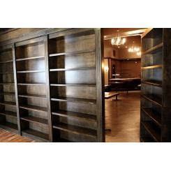 Дверь в хранилище в виде книжного шкафа с электромагнитным замком