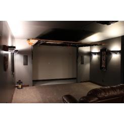 Тайная дверь в виде экрана для проектора для входа в секретную комнату