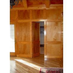 Дверь в виде обшивной панели для скрытой комнаты
