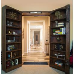 Встроенный в стену книжный шкаф в виде двери в потайную комнату