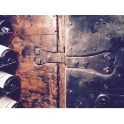 Антикварний сейф шафа для вина 1790 / 1820гг з заклепками з секретом Італія