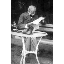 Франц Карлович Сан-Галли читает газету