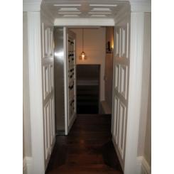 Дверь в тайную комнату в виде книжного шкафа