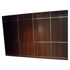 Скрытая панель в стене с дверью для скрытой комнаты