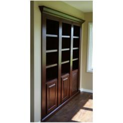 Встроенный в стену книжный шкаф с одной дверью для потайной комнаты