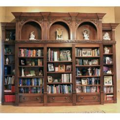 Встроенный в стену книжный шкаф в виде двери в хранилище