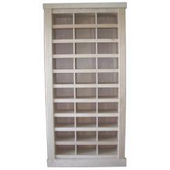 Дверь в тайную комнату в виде встроенного шкафа для обуви