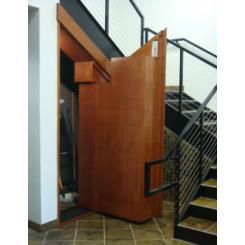 Уникальная встроенная угловая дверь под лестницей для входа в скрытую комнату