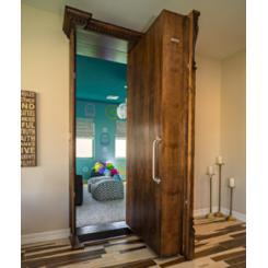 Встроенный в стену книжный шкаф в виде двери в скрытую комнату
