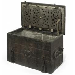 Антикварный пиратский сундук с сокровищами XVII век